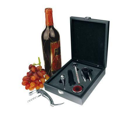 Luxusná päťdielna sada v elegantnej drevenej krabici. Táto päťdielna sada na víno obsahuje všetko čo budete potrebovať. Doprajte si relax s pitím kvalitného vína. Kufrík je v hnedej farbe a vďaka svojej veľkosti sa hodí na cestovanie. http://www.luxusne-doplnky.eu/