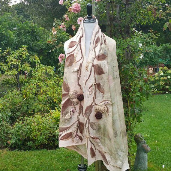 Nuno Gevilte omslagdoek met 3D rozen in Taupe, bruin en zacht roze. Kasjmier zachte romantische bruidssuite omslagdoek. Grote vilten Wearable Fiber Art Wrap. Luxe zijden chiffon is de basis van dit stuk. Ik heb NAT vilten deze prachtige sjaal van kasjmier zachte 16 micron merinoswol. Deze vezel is prachtig. De 3D zijden rozen zijn vilten op het stuk en de verhoogde rosebuds van hand gesponnen kunst garen worden vervaardigd. Dit is een een van een soort stuk. Maatregelen ongeveer 80 inch lang…