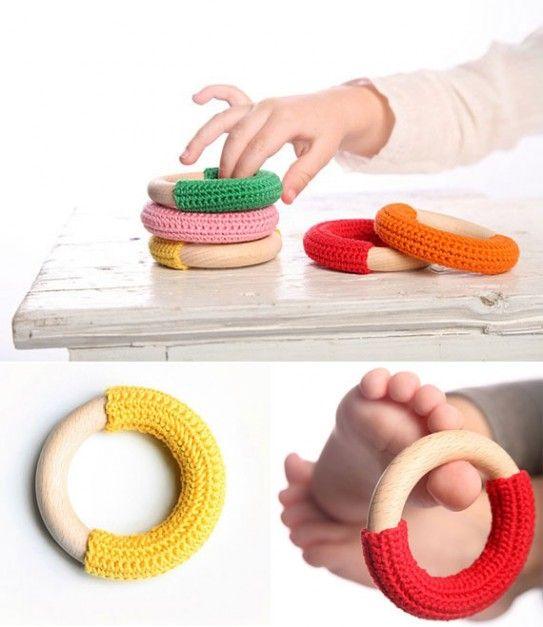 Du coton sur des ronds de rideau, plein de couleurs pour les bébés ;)