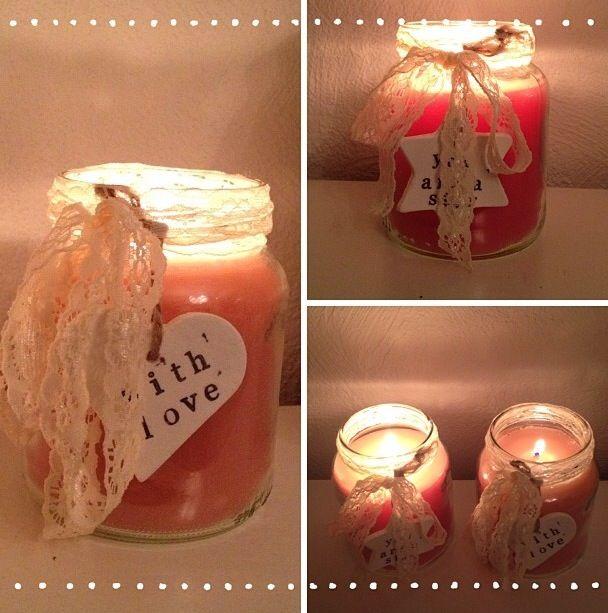 Glazen potten gepimpt. Kaarsen gesmolten en hierin gegoten. Daarna een leuk kanten strikje en hanger van klei eraan.
