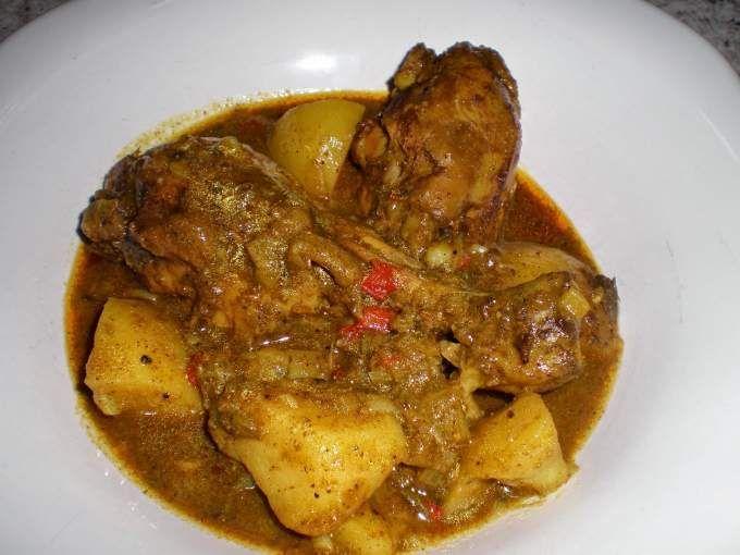 Fuente: Cook like a Jamaican He reducido las cantidades que daban para esta receta ya que eran para 2 kilos de pollo y yo sólo he utilizado 1 k. La diferencia de este curry con los que he hecho antes es que este lleva especias que no suelen echarse en...