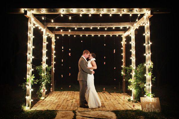 Decoração de casamento com luzinhas em volta do gazebo no altar. Foto: Anahi Photography.