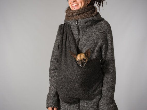 This dog sling is made of 70% wool. Which is a good insulation for your little friend during the colder days. Because this woolen fabric is soft and flexible it follows the lines of the body from you and your dog. It is a lovely sling for your dog to travel with you. By not using the dog carrier, it can be folded in a small package to take it with you in your bag. This makes it easy for the moment you need a pet sling. The wide shoulder strap will make it comfortable carrying. An inner…