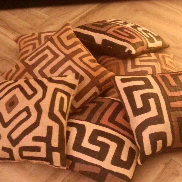 Cuscino in antico bakuba congolese, tessuto intrecciato a mano fino al secolo scorso dalle donne per i capotribu. Ogni cuscino è un pezzo unico