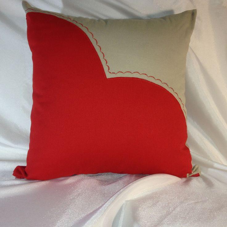 Capa de almofadas em tecido 100% algodão encorpado de excelente qualidade.  Apliquê em tecido vermelho na frente e verso da almofada, com costura decorativa.  Peça única!  Fecho com zíper.    Obs: enchimento das almofadas não incluso.