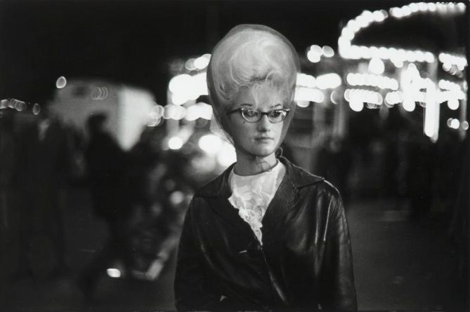 Ed van der Elsken, Nieuwmarkt, Amsterdam (suikerspin kapsel), 1963