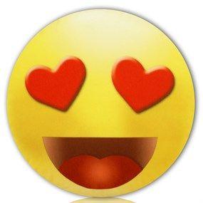 Un amoroso emoticono que puedes abrazar, espachurrar, besar y acariciar... porque es un blandito cojín que puedes regalar o regalarte.