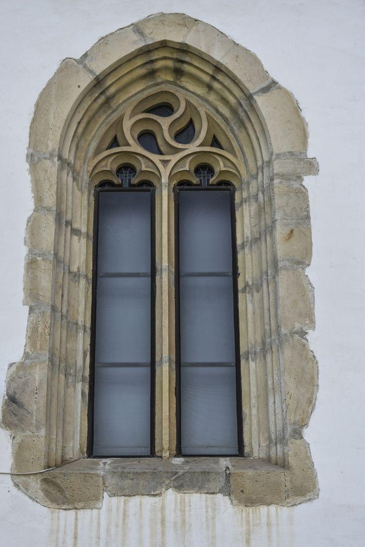 """Fereastră în stil gotic - Catedrala episcopală """"Sf. Paraschiva"""" (1542-1550) – Episcopia Romanului, Roman"""