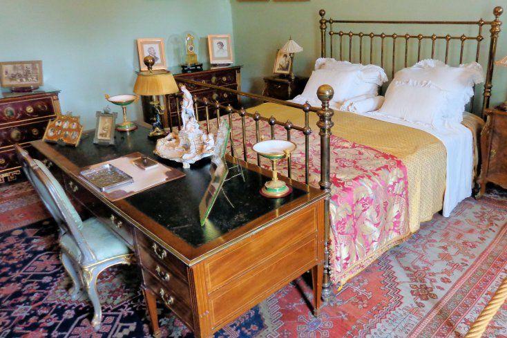 Het vertrek dat het keizerlijk paar tot slaapvertrek diende, is ruim doch zeer eenvoudig gemeubileerd. Twee commodes verdienen de aandacht. Ze zijn afkomstig uit de werkplaats van Johann Stobwasser, die ze rond 1800 vervaardigde. Op de schrijftafel staat een inktstel afkomstig uit de Berlijnse porseleinfabriek en twee empire sierschalen op voet. De rococostoel dateert uit de 18e eeuw. Het tapijt op de vloer is afkomstig uit Yoraghan.