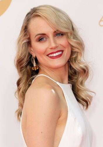 Taylor Schilling's pretty makeup at the Emmys