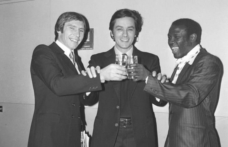 0 alain delon entre jean-claude boutier (gauche) et emile griffith avant le combat de boxe 1972