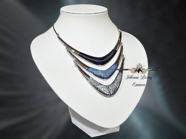 Dames halsketting kort. 2017 Zilverkleurig met diverse tinten blauw