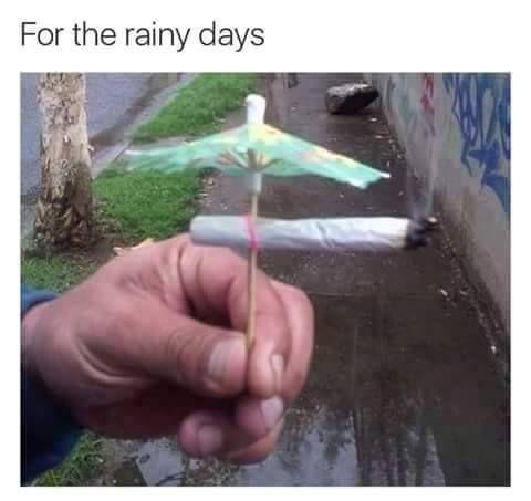 Bundan sonra amatörlük yok! Yağmurlu günlerde cigaramızı doğum günü pastasının üzerine süs diye koyduğumuz şemsiyeler ile koruyacağız ve içmeye devam edeceğiz! Korkma! Titre! Geliyoruz! #love #hrblife #highlife #vape #vaporizers