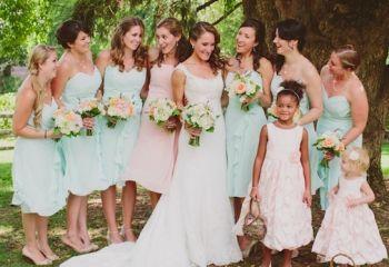 Damas de Honor y damitas Destacan Damitas y hermana en color Coral Pálido y Amigas en menta.