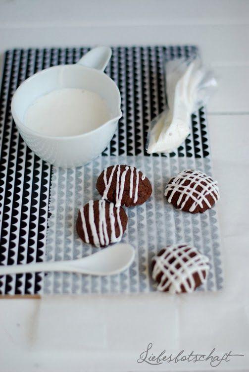 Nutella-Plätzchen  Zutaten: 250 gr Nutella  130 gr Mehl 1 Ei 100 gr brauner Zucker  Zubereitung: Alle Zutaten mit dem Mixer verkneten. Aus dem Teig zuerst eine Rolle formen, und diese anschließend mit einem Messer und ca. 2-3 cm dicke Scheiben schneiden. Die Scheiben dann mit der Hand zu Kugeln rollen, und diese mit Abstand auf's Backblech platzieren. Bei 180° auf mittlerer Schiene etwa 7-8 min. backen
