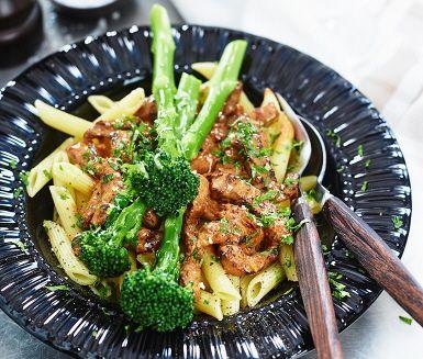 En krämig biff stroganoff med bellaverde som går snabbt att tillaga och med fantastiska smaker. Löken steks i olja tillsammans med biffen innan crème fraiche, mjölk och persilja adderas för att koka ihop och de fina aromerna sprids i köket. Servera stroganoffen med pasta och bellaverde.