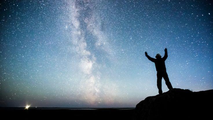 Oletko koskaan nähnyt Linnunrataa? Syksyn lämpimät illat tarjoavat parhaat olosuhteet kotigalaksimme ihailuun. Mutta miksi Linnunrataa pitäisi tähyillä ja miten se onnistuu?  Tähtitieteen emeritusprofessori Esko Valtaoja ja tähtitieteellinen yhdistys Ursa haastavat juuri käynnistyneessä Bongaa Linnunrata -kampanjassa kaikki suomalaiset katselemaan taivaalle. Valtaoja kertoo kolme syytä, miksi Linnunrata-retkelle kannattaa lähteä ja antaa bongausvinkit aloittelijoille.  1. Uskomaton…