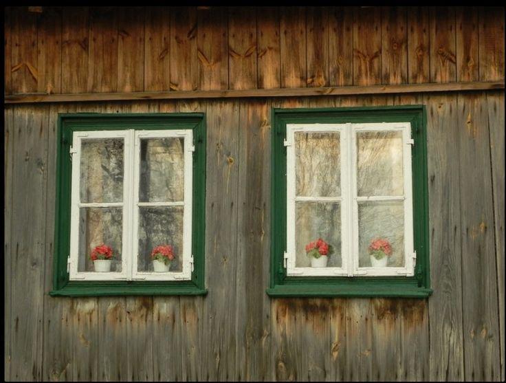 Wyśmierzyce - najmniejsze miasto w Polsce, w którym można zobaczyć ponad sto stuletnich domów i na żywo posłuchać kapel grających ludową muzykę. Przepiękna, jednorodna drewniana zabudowa. Warto zapytać o Przybyszewskie ogórki. W leżącym po drugiej stronie Pilicy Przybyszewie (mieście należącym do benedyktynów z Płocka) zachowała się sekretna tradycja wytwarzania ogórków kiszonych według średniowiecznych receptur.