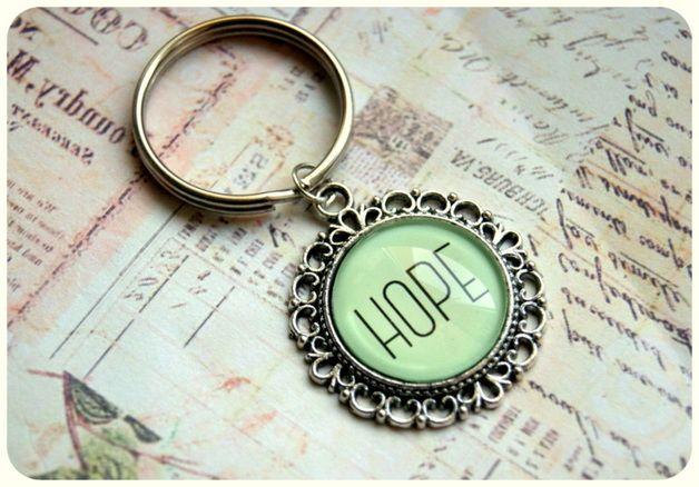 Joli porte-clef HOPE couleur #greenery fait-main. A retrouver sur DaWanda.com