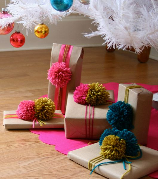 pom pom gift wrapping. Brown paper, yarn and yarn pompon.