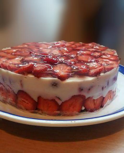 Клубничный йогуртовый торт  без выпечки низкокалорийный