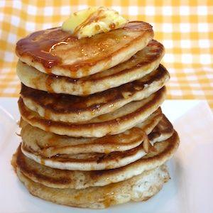 Heerlijk voor een uitgebreid ontbijt of brunch, deze American pancakes! Door de luchtigheid niet te vergelijken met onze eigen Hollandse pannenkoeken. Enige overeenkomst is dat de hele familie ervan zit te smullen! Lekker recept voor kinderen. http://dekinderkookshop.nl/recipe-items/american-pancakes/