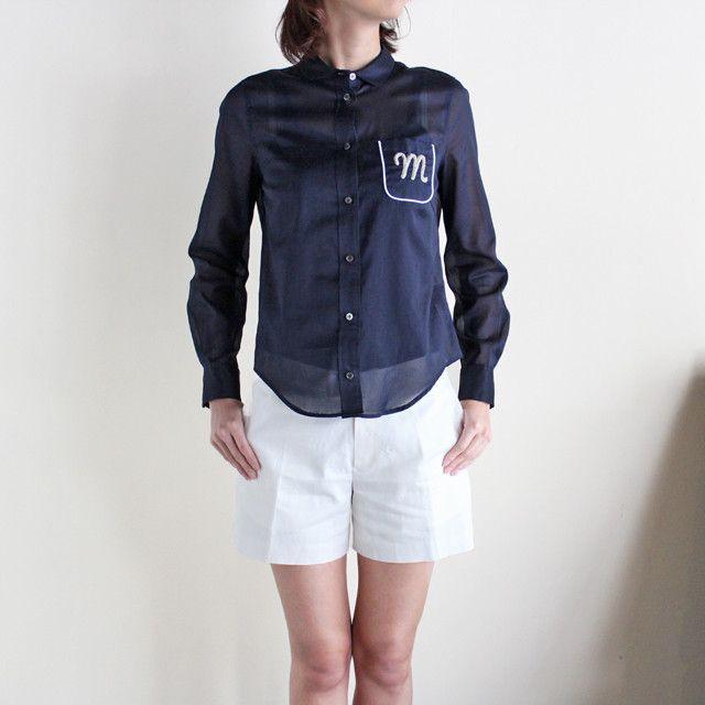 """シンプルなパジャマ風のシャツに、""""M""""の刺繍がほどこされたミンスパイの新作。少し透け感のある上質なコットンローンを使用した気持ちの良い素材です。"""