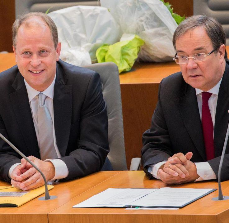 Der Ministerpräsident von Nordrhein-Westfalen, Armin Laschet (r, CDU) und der Minister für Kinder, Jugend, Familie, Flüchtlinge und Integration und stellvertretende Ministerpräsident, Joachim Stamp (FDP), sitzen am 30.06.2017 im Landtag in Düsseldorf (Nordrhein-Westfalen) auf der Regierungsbank. Das neue schwarz-gelbe Kabinett wurde vereidigt. Foto: Rolf Vennenbernd/dpa +++(c) dpa - Bildfunk+++