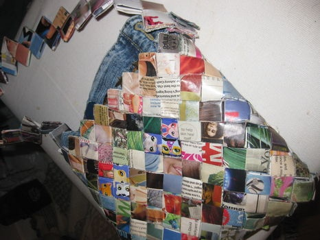 How to make a candy wrapper purse with magazines or candy wrappers  http://www.cutoutandkeep.net/projects/candy-wrapper-purse