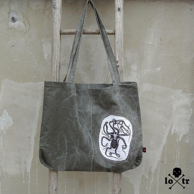 Nákupní taška velká Velmi prostorná nákupní taška od LOTRa. Vaše cesta na nákup bude nejen ekologická, ale i originální. Taška má vintage sepraný vzhled. Na tašce je našita textilní aplikace, která je vpředu i vzadu na tašce. Motiv je natištěn ručně sítotiskem černou barvou. Kolem aplikace doplněno dekorativně prošíváním. Dno je v rozích prošité - křížové ...