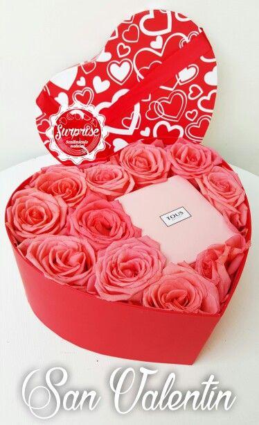 Caja de corazon con rosas y detalle dentro