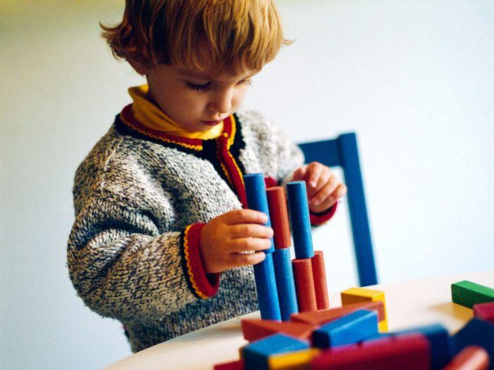 Los juegos de montar o apilar objetos ayudan a mejorar la concentración y la habilidad.