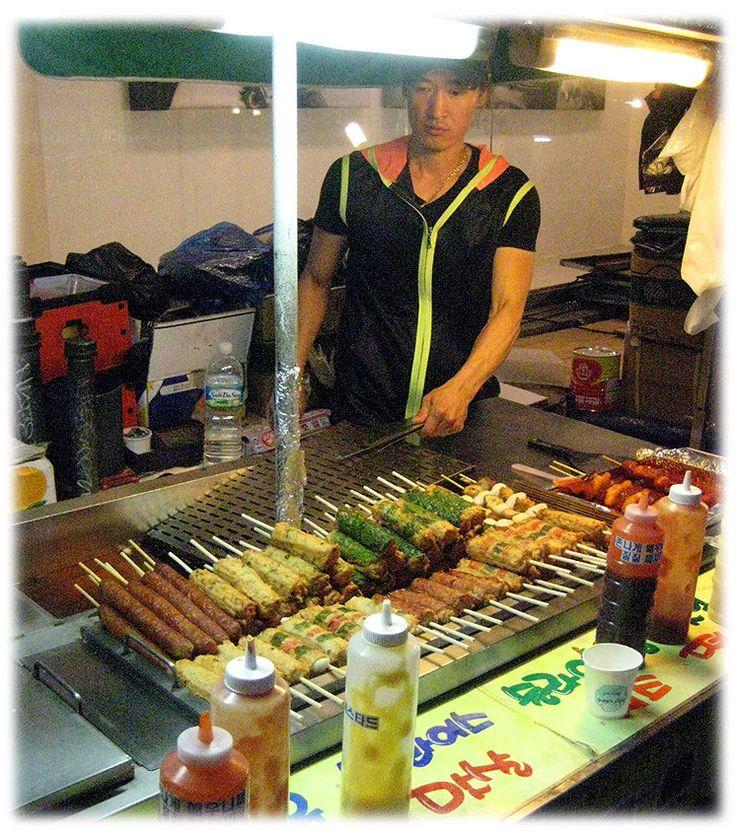 Comida de rua típica em Seul, Coréia do Sul. Hotba (bolinho de peixe) e as salsichas coreanas.  Texto e fotografia: http://lovely-seoul.jimdo.com