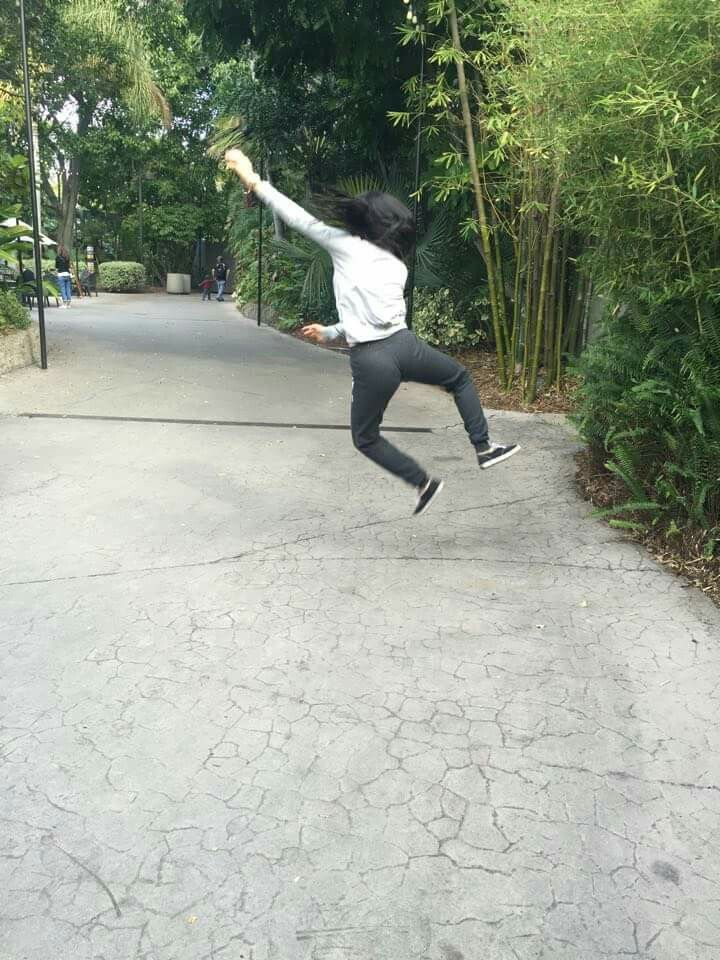 foto saltando es el momento en que la gravedad no te jala ♥