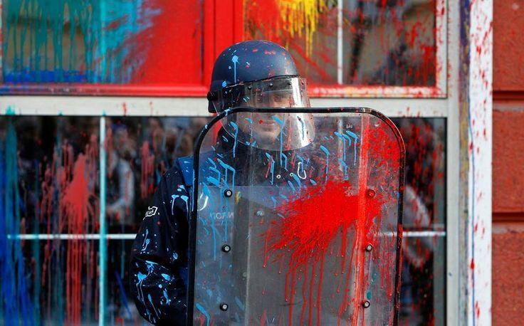 Quand les couleurs du peuple éclaboussent le noir de l'ordre établi, apparaissent les arcs-en ciel de la liberté.