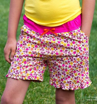 DIY Simple summer ruffle shorts - free sewing pattern    Zsebes fodros nyári  rövidnadrág - 1458f49bb5