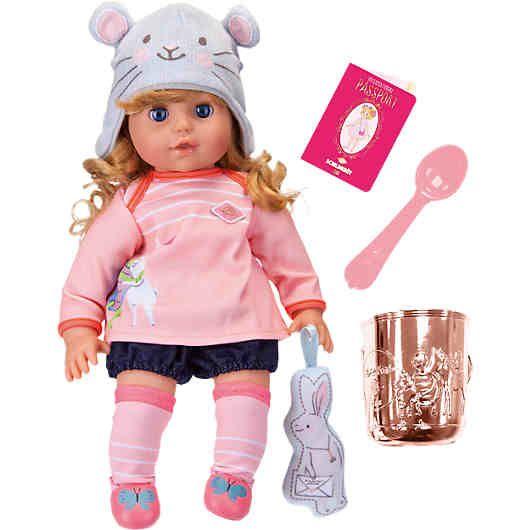 Die anschmiegsame Mädchenpuppe mit wunderschönen, leicht kämmbaren blonden Haaren begeistert mit ausgesuchten Details wie dem lustigen Mausmützchen, dem modischen rosa Oberteil, dem süßen Höschen und den pinken Ringelstrümpfen mit dazu passenden Schuhen. <br /> Freundin Poppy als goldiger Plüschhase ist immer mit dabei. <br /> Ebenfalls Teil des Sets: Reisepass und Geschirr in der Trendfarbe Roségold.<br /> <br /> Auf einen Blick:<br /> -...