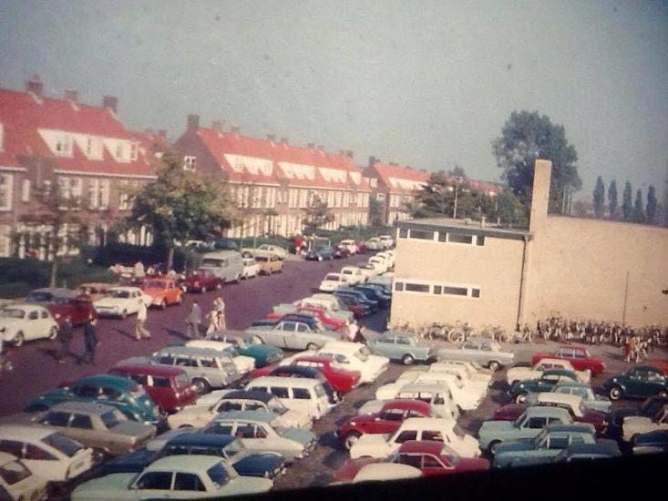 oude foto's Leeuwarden  Cambuurplein (Marathonstraat) rond 1970. Plein staat vol met auto's door een voetbalwedstrijd