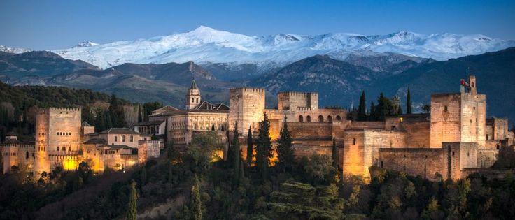 La Alhambra de Granada es el monumento más visitado de España: en 2014 más de 2,4 millones de personas pagaron los 14 euros que cuesta acceder al palacio nazarí. Su interior es magnífico, pero también lo es la estampa que se contempla desde distintos puntos de la ciudad. En esta imagen, tomada desde el mirador de San Miguel, se ve una vista panorámica del monumento levemente iluminado mientras, de fondo, lo observan las nieves de Sierra Nevada.