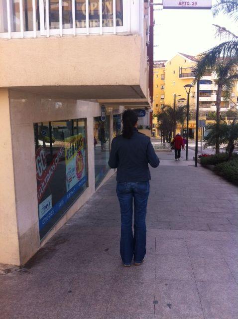 Este saliente de edifico, sin aviso alguno ni señal… Peligro evidente y anti #RSE en Arroyo (Málaga, España)