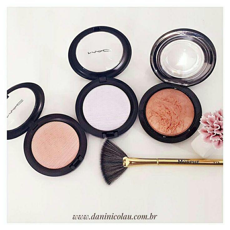 Brilha, brilha estrelinha! Tá aí 3 iluminadores da @maccosmeticsbrasil que adoro e ficam lindos em #PeleNegra. Da esquerda para direita: Show Gold, Soft Frost e meu preferido deles o Cheeky Bronze. #belezanegra #blackbeauty #BlogueiraNegra #MaquiagemPeleNegra #brazilianblogger #maquiagem #makeup #beauty #instagood #makeuplovers #instamakeup #instadaily #bloggerlife #bloggergirl #ladyboss #womenintheworld #girlboss #bloggersofinstagram #bloglovin #howyouglow #prettylittlethings #glitterguide