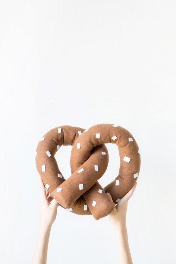Fabrica un pretzel gigante de peluche para tu sofá.
