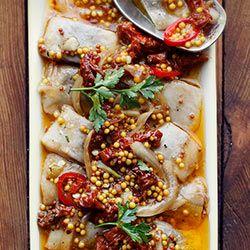 Śledzie z suszonymi pomidorami na ostro | Kwestia Smaku