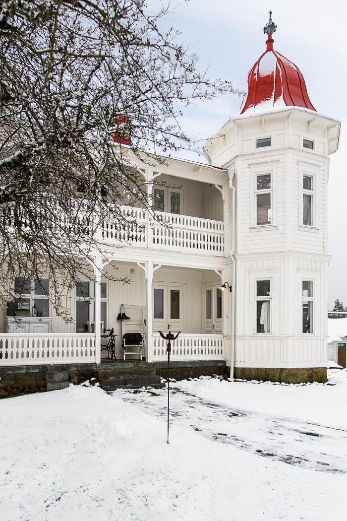 This is just so very gorgeous, white snow, fabulours white house with red dome, tree with bare branches......