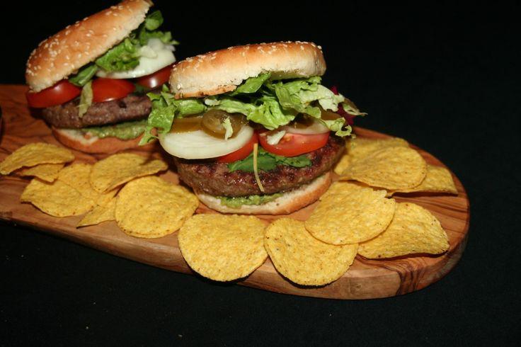 Ingrediënten: - (Angus) burger - 3 tomaten - sla - uienringen - jalapenos - guacamole (1 avocado, 1 tomaat zonder zaadlijst,paar takjes koriander, 1/2 limoen sap) - chipotle saus - verse koriander ...
