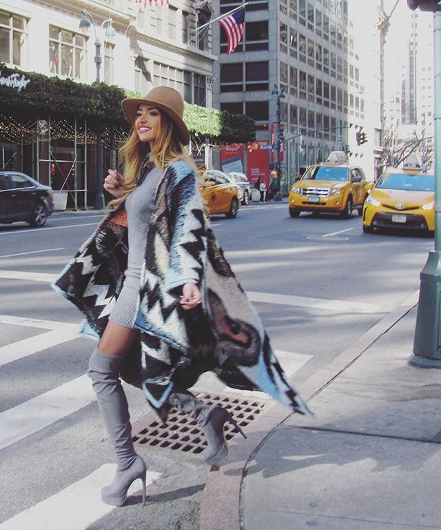 My first day in #NYC has been simply amazing  So freezing outside but i felt warm in my @vandacatucci_official long cape ✌️☄ Thanks to @guffantishowroom  #NYismagic #NYfw16