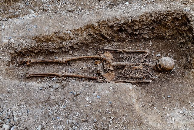 The Archaeology News Network: 200 year old Quaker burial site uncovered at Brigh...