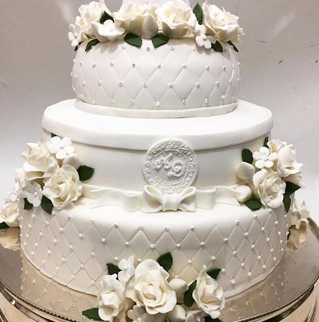 A pedidos estou postando  o bolo mais de perto para mostrar os detalhes desse bolo tão lindo , tão delicado e romântico !!! #bypeppermint # maternidade #casamentoanaluciaediego #casamento #bolosdecorados #bolodenoiva #bolodecasamento #batizado #chadebebe#chadefraldas #aniversário #festasinfantis#festadecriança #festadedebutantesc#festade15anos #primeiracomunhão #eucaristia #barmitzvah #batmitzvah #mesadedoces #mesadechocolates #docesparafestaseeventos #evedeso #eventdesignsource - posted by…