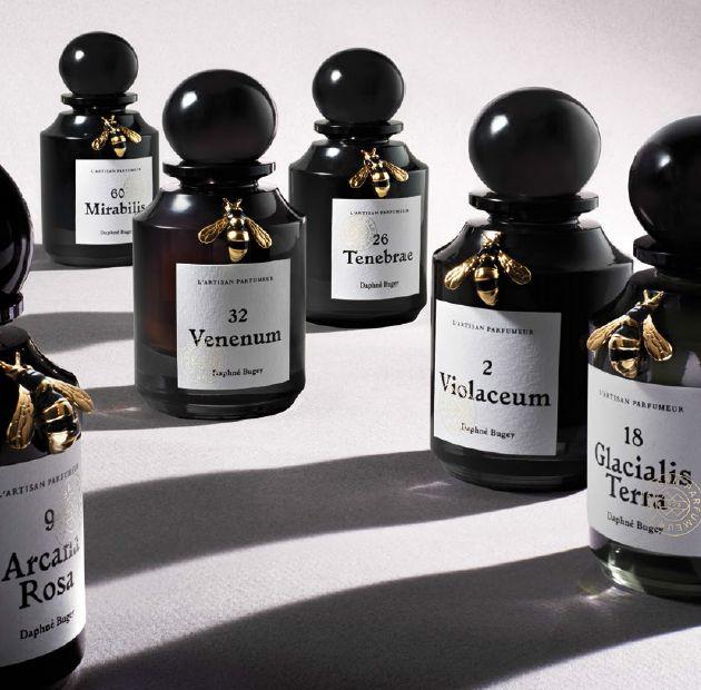 Après avoir célébré ses 40 ans en remettant au goût du jour ses boutiques et ses flacons, L'Artisan Parfumeur lancera en septembre « Natura Fabularis », une collection de six parfums vendus en exclusivité dans les boutiques de la marque.