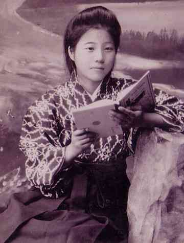 A girl student in the Taisho era. Cute with a lovely kimono patterned on a hakama. 大正時代の女学生。 袴に柄の素敵な着物でかわいい